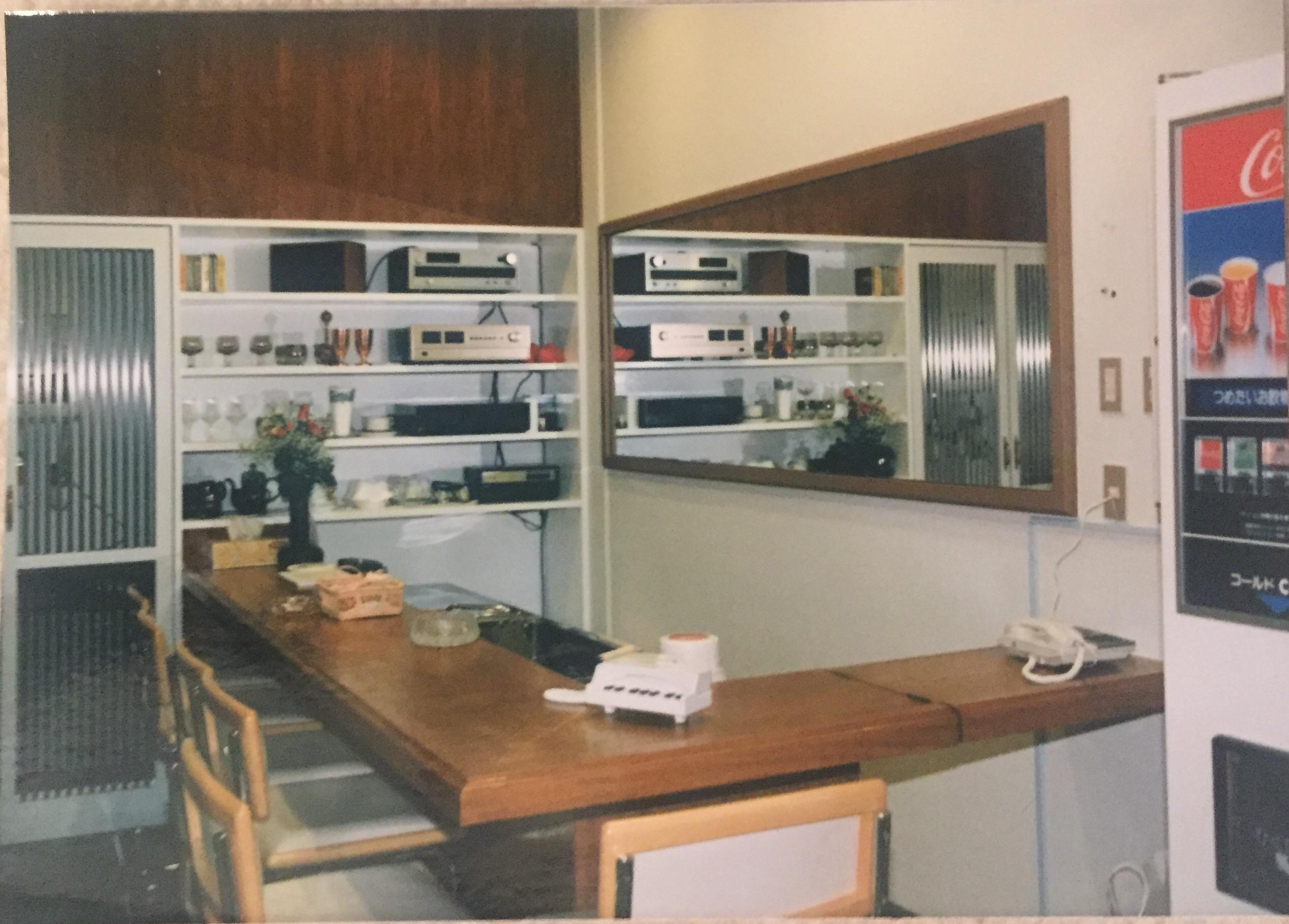 当時の休憩室メシアンの様子。今とはキッチンの配置も違いますね。自動販売機もありました。